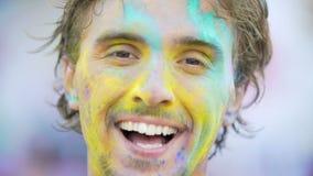 Szczery uśmiech patrzeje kamera przystojny młody człowiek, osoba cieszy się życie zbiory wideo