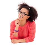 Szczęśliwa ładna marzy amerykanin afrykańskiego pochodzenia nastoletnia dziewczyna w różowym lyin Fotografia Stock