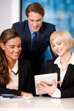 Szczęśliwa biznes drużyna przy biurem Zdjęcie Royalty Free