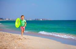 Szczęśliwa chłopiec biega plażę, wyraża zachwyt Obrazy Royalty Free