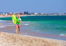 Szczęśliwa chłopiec biega plażę, wyraża zachwyt Zdjęcie Royalty Free