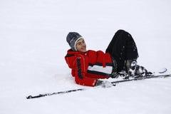 Szczęśliwa chłopiec cieszy się w śniegu Zdjęcia Royalty Free