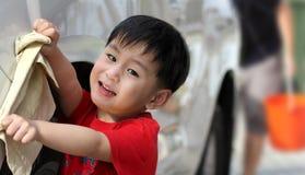 Szczęśliwej chłopiec płuczkowy samochód Zdjęcia Royalty Free