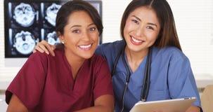 Szczęśliwa drużyna lekarzów medycyny ono uśmiecha się Obrazy Royalty Free