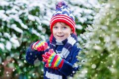 Szczęśliwa dzieciak chłopiec ma zabawę z śniegiem w zimie Zdjęcie Royalty Free