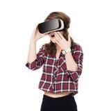 Szczęśliwa dziewczyna dostaje doświadczenie używać VR słuchawki szkła rzeczywistość wirtualna, dużo gestykuluje ręki, odizolowywa Fotografia Stock