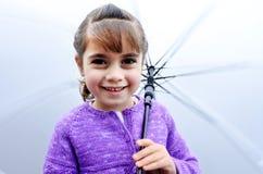 Szczęśliwa dziewczyna z parasolem w deszczowym dniu Zdjęcia Royalty Free