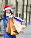 Szczęśliwa dziewczyna z zakupami przy ulicą Obraz Royalty Free