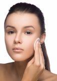 Szczęśliwa europejska kobieta z bawełnianym ochraniaczem, odosobnionym na białym tle Piękno dziewczyny cleaning świeża twarz z ba Obrazy Stock