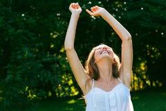 Szczęśliwa kobieta cieszy się słońce Zdjęcia Royalty Free