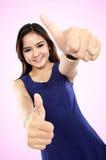Szczęśliwa kobieta daje ci dwa kciukowi up Zdjęcia Stock