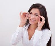 Szczęśliwa kobieta jest ubranym czytelniczych szkła Zdjęcia Royalty Free