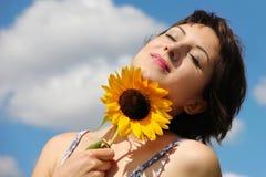 Szczęśliwa kobieta patrzeje pokojowy Fotografia Royalty Free