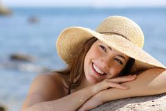 Szczęśliwa kobieta patrzeje z ukosa na wakacjach z białym uśmiechem Zdjęcia Stock