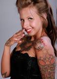 szczęśliwa kobieta tatuująca Obrazy Stock