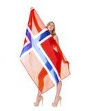 Szczęśliwa kobieta trzyma wielką przejrzystą flaga Norwegia Zdjęcia Stock