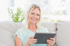 Szczęśliwa kobieta używa cyfrową pastylkę Obraz Royalty Free