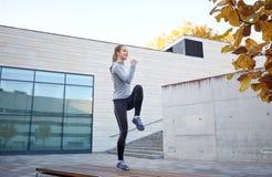 Szczęśliwa kobieta ćwiczy na ławce outdoors Obraz Royalty Free