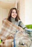 Szczęśliwa kobieta z nową szkocką kratą Zdjęcia Royalty Free