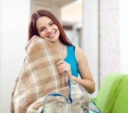 Szczęśliwa kobieta z nową szkocką kratą Zdjęcia Stock