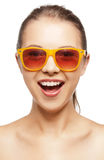 Szczęśliwa krzycząca nastoletnia dziewczyna w cieniach Fotografia Stock