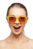 Szczęśliwa krzycząca nastoletnia dziewczyna w cieniach Obrazy Stock