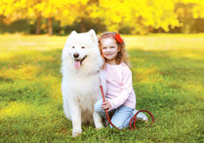 Szczęśliwa mała dziewczynka i pies ma zabawę Zdjęcie Royalty Free