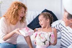 Szczęśliwa mała dziewczynka otrzymywa teraźniejszość od jej dziadków Obrazy Royalty Free