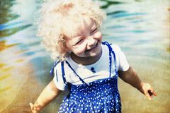 Szczęśliwa mała dziewczynka w lata słońcu Obraz Stock