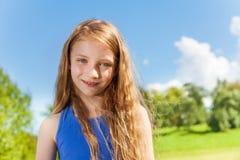 Szczęśliwa mała dziewczynka z długimi kędzierzawymi hairs outside Obrazy Royalty Free