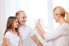 Szczęśliwa matka bierze obrazek ojciec i córka Zdjęcie Royalty Free