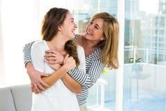 Szczęśliwa matka i córka patrzeje each inny Obraz Stock