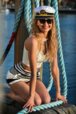 Szczęśliwa młoda atrakcyjna kobieta jest ubranym żołnierza piechoty morskiej stylowego strój okulary przeciwsłonecznych i Zdjęcia Stock