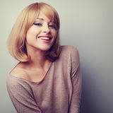 Szczęśliwa młoda blondynki kobieta w mody bluzki śmiać się Roczników clo Zdjęcia Royalty Free