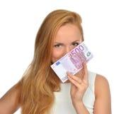 Szczęśliwa młoda kobieta trzyma up gotówkowego pieniądze pięćset euro Zdjęcie Stock