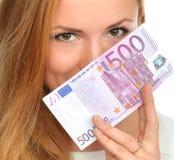 Szczęśliwa młoda kobieta trzyma up gotówkowego pieniądze pięćset euro Zdjęcia Royalty Free