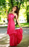 Szczęśliwa młoda kobieta w długiej sukni w lato parku Obrazy Stock