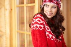 Szczęśliwa młoda kobieta w narciarskich cothes outdoors Obrazy Stock
