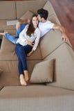 Szczęśliwa młoda romantyczna para zabawę i relaksuje w domu indoors Obrazy Royalty Free