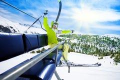 Szczęśliwa narciarka na narciarskim dźwignięciu Zdjęcie Royalty Free