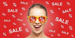 Szczęśliwa nastoletnia dziewczyna w cieniach z sprzedaż znakami Obrazy Stock