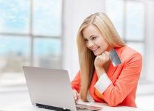 Szczęśliwa nastoletnia dziewczyna z laptopem i kredytową kartą Zdjęcie Royalty Free