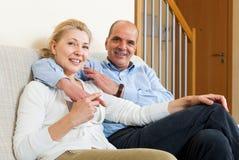 Szczęśliwa para flirtuje z miłością i uściśnięciem wpólnie Obraz Stock