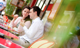 Szczęśliwa para je wyśmienicie macaroons Zdjęcia Royalty Free
