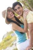 Szczęśliwa para śmia się outdoors Obrazy Royalty Free