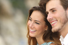 Szczęśliwa para w miłości patrzeje daleko od wpólnie Zdjęcia Royalty Free