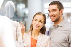Szczęśliwa para wskazuje palec robić zakupy okno Fotografia Royalty Free