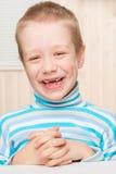 Szczęśliwa 6 roczniaka chłopiec z dojnymi zębami opuszczającymi out Zdjęcie Stock