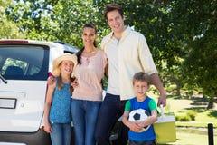 Szczęśliwa rodzina dostaje przygotowywający dla wycieczki samochodowej Zdjęcia Royalty Free