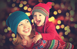 Szczęśliwa rodzina macierzysta i mała córka bawić się w zimie dla bożych narodzeń Obraz Stock